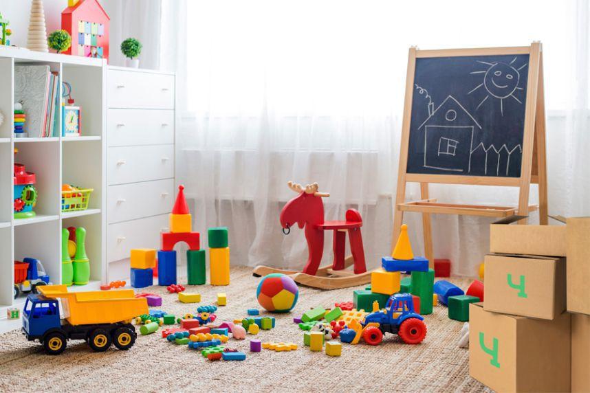 Типичная детская комната с игрушками