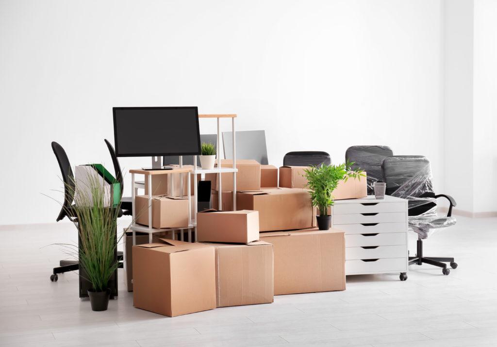 Упакованные офисные вещи, мебель и оргтехника