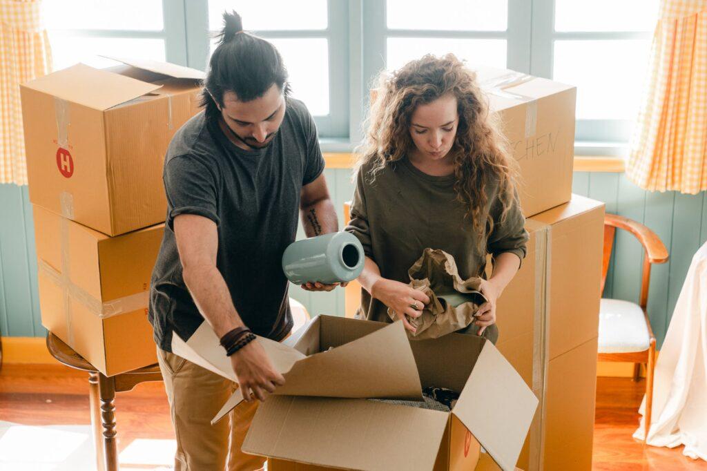 Упаковка домашних вещей в коробки для переезда
