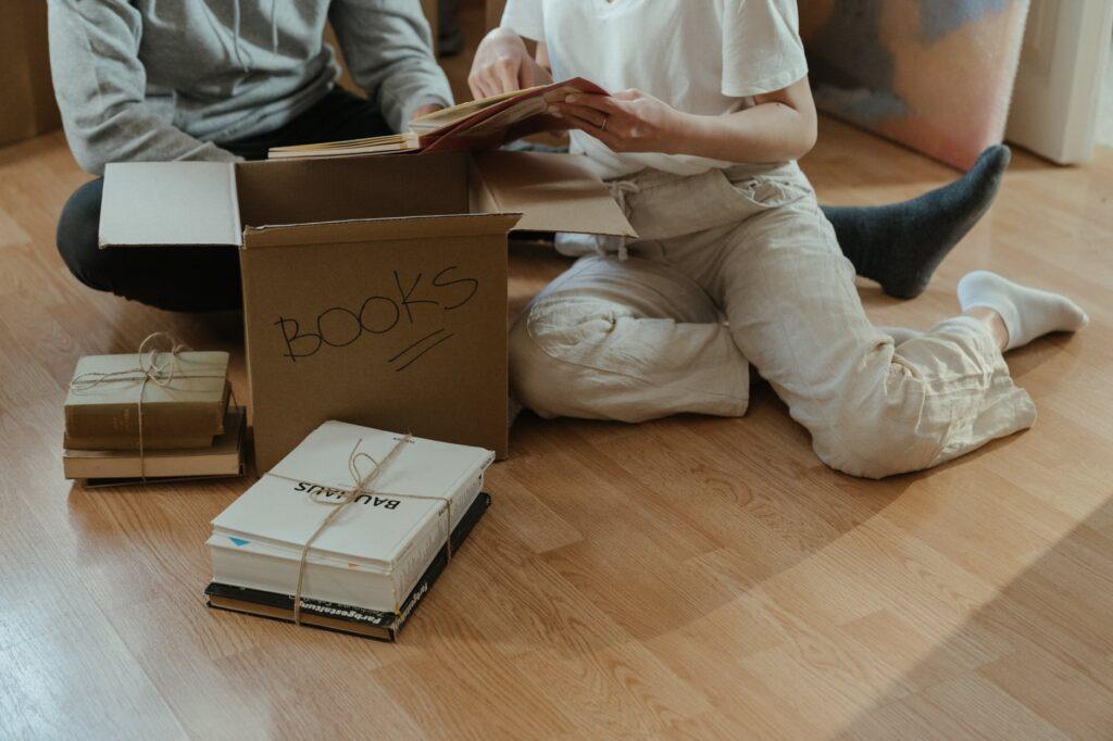 Упаковка книг перед их отправкой на хранение