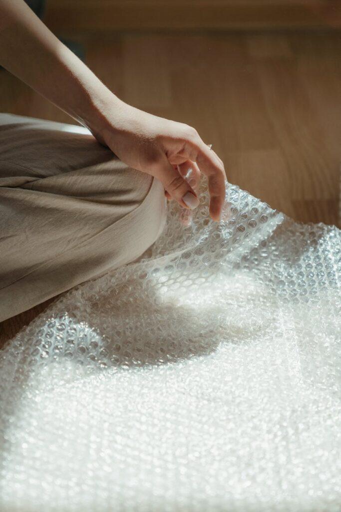 Пузырчатая плёнка-бабл – незаменимый упаковочный материал для хрупких вещей