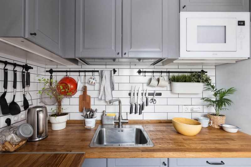 Настенное хранение кухонных принадлежностей - вариант 1