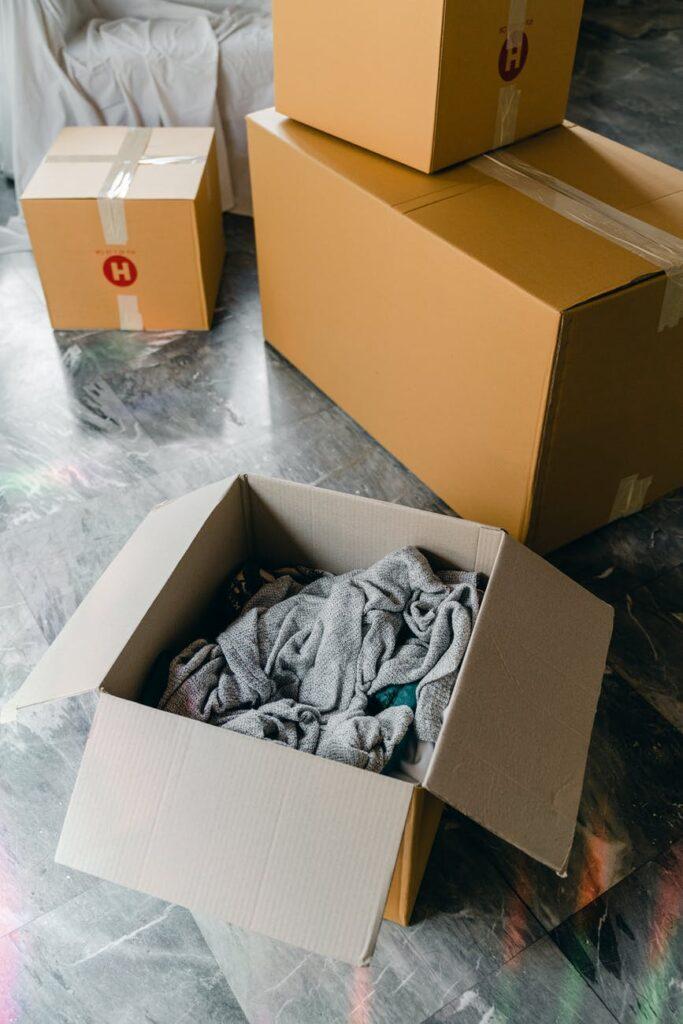 Упаковка вещей в коробки
