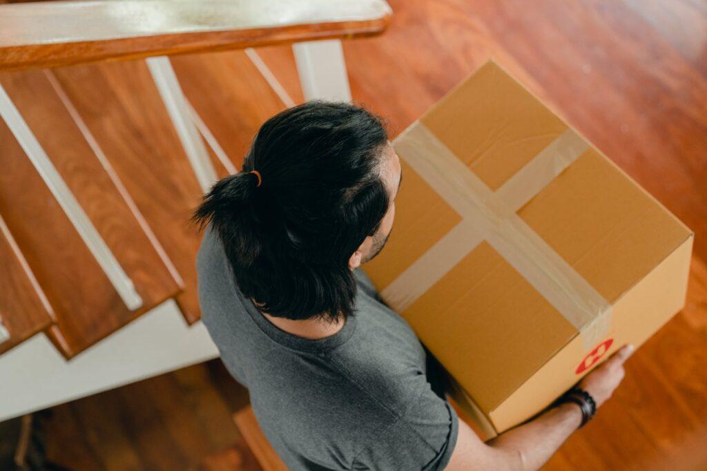 Погрузка коробок с вещами для переезда